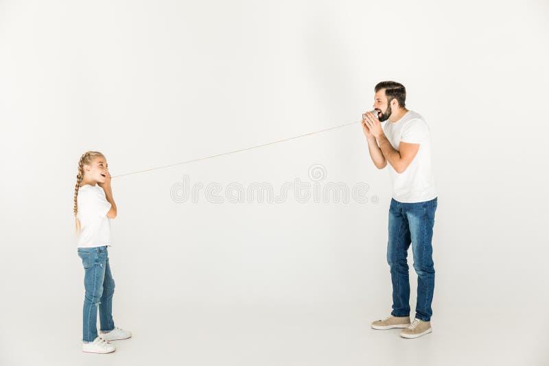 Vader en dochter die samen spelen stock afbeelding