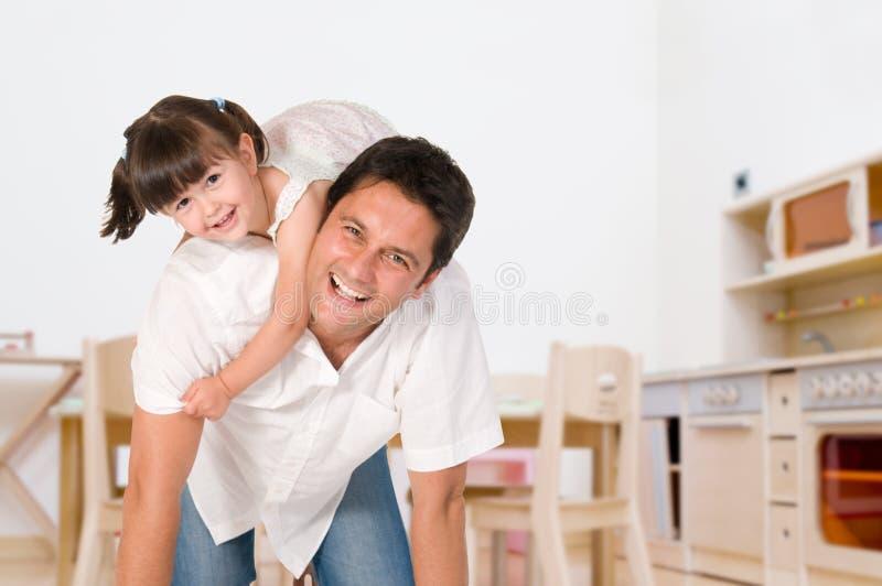 Vader en dochter die samen spelen stock foto