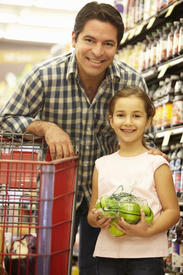Vader en dochter het kopen fruit in supermarkt royalty-vrije stock fotografie