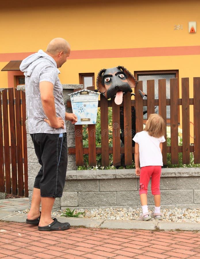 Vader en dochter het letten op hond royalty-vrije stock foto