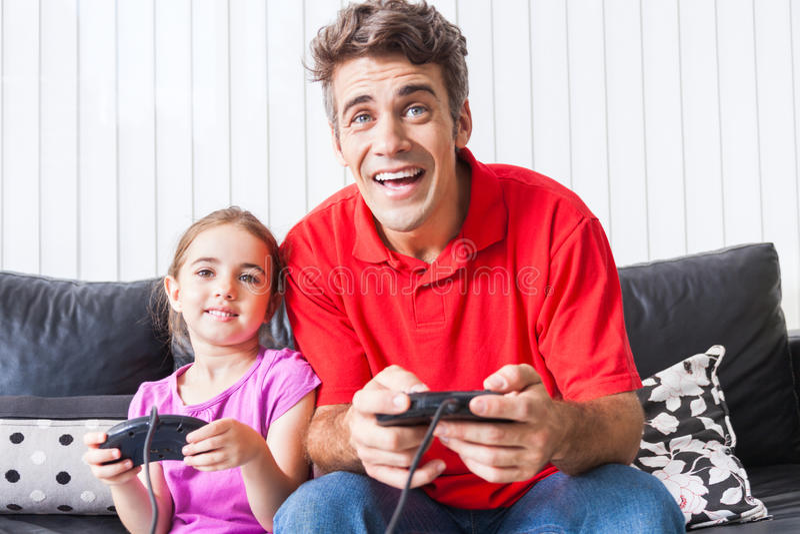 Vader en dochter het spelen videospelletje stock foto