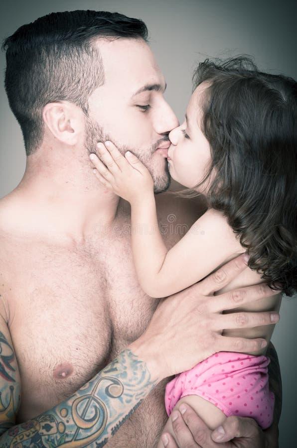 Vader en dochter, mens met tatoegering royalty-vrije stock foto