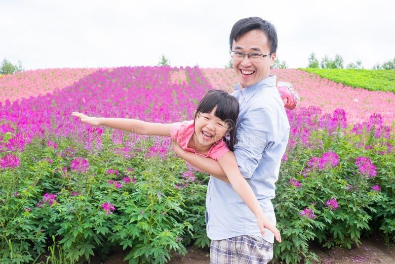 Vader en dochter met landschap royalty-vrije stock afbeeldingen