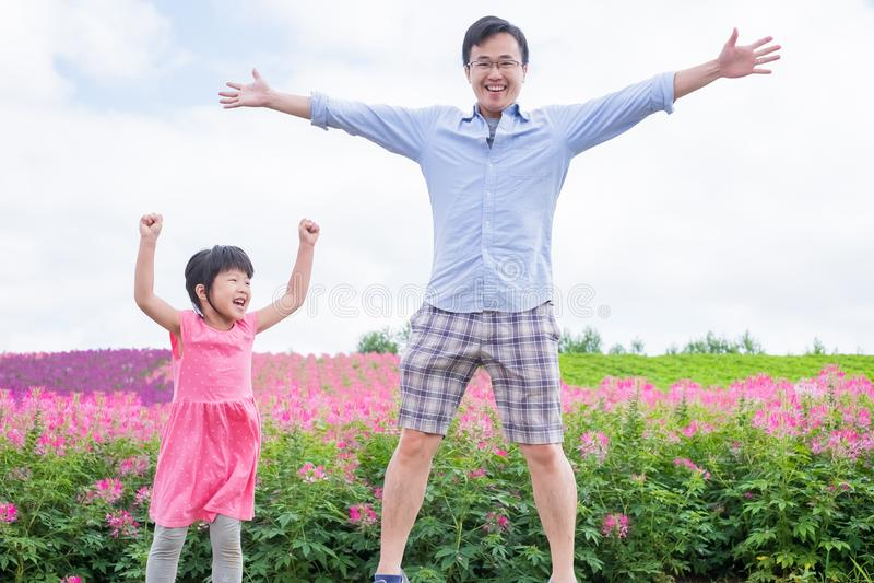 Vader en dochter met landschap stock fotografie