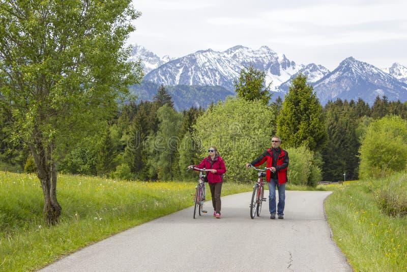 Vader en dochter op een reis aan de Alpen stock afbeeldingen