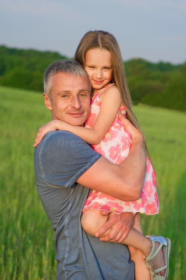 Vader en dochter op het gebied royalty-vrije stock afbeelding