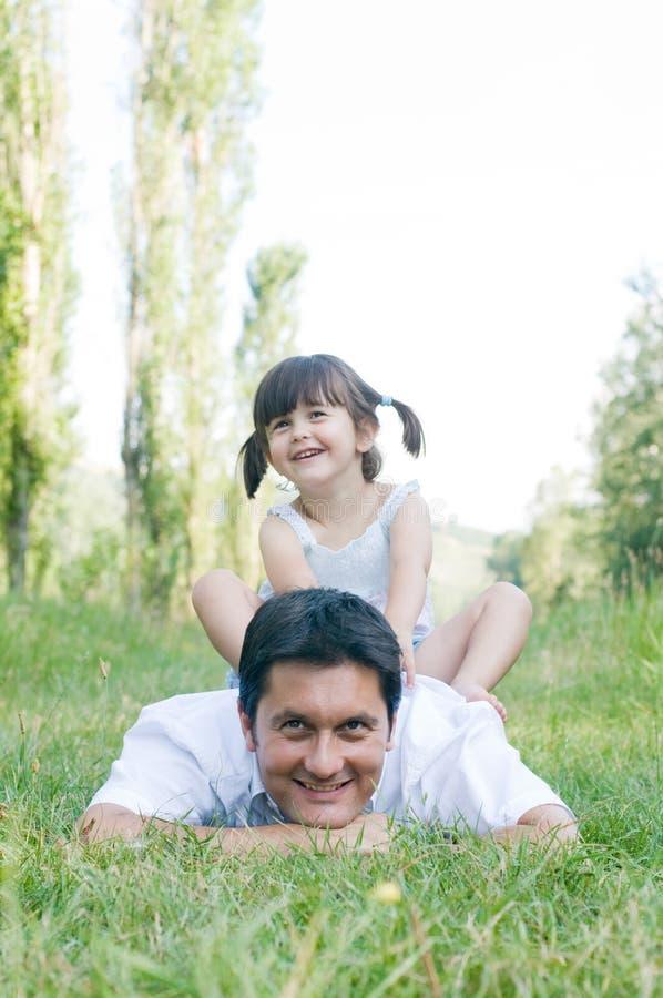 Vader en dochter openlucht royalty-vrije stock afbeeldingen