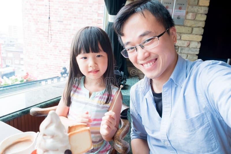 Vader en dochter in restaurant stock afbeelding