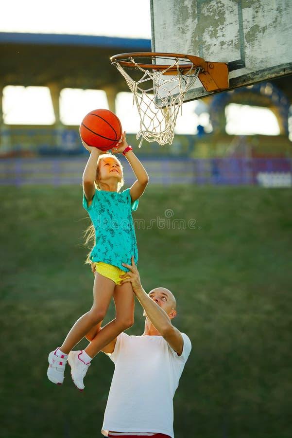Vader en dochter speelbasketbal stock fotografie