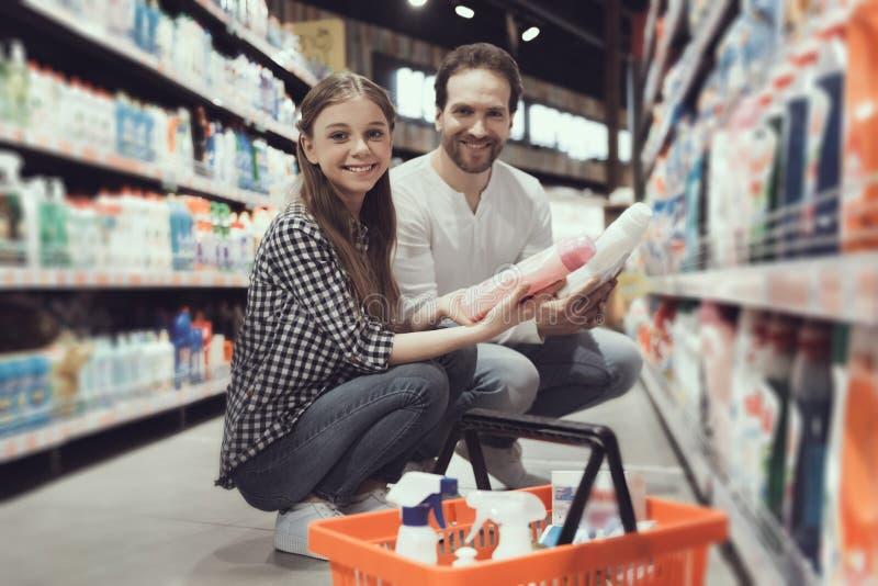 Vader en Dochter in Supermarkt het Kopen Goederen royalty-vrije stock fotografie