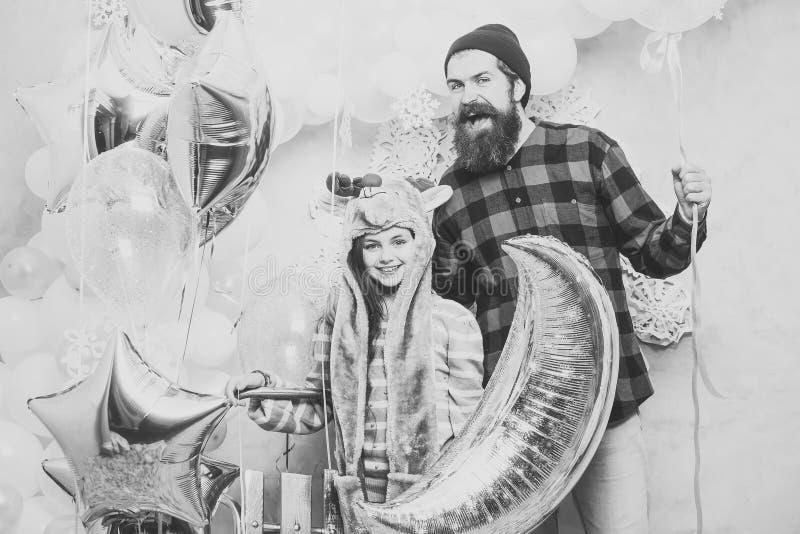 Vader en dochterglimlach met ballons, Kerstmis Mens hipster en kind bij Kerstmis De partij van de familievakantie Dit is dossier  royalty-vrije stock foto