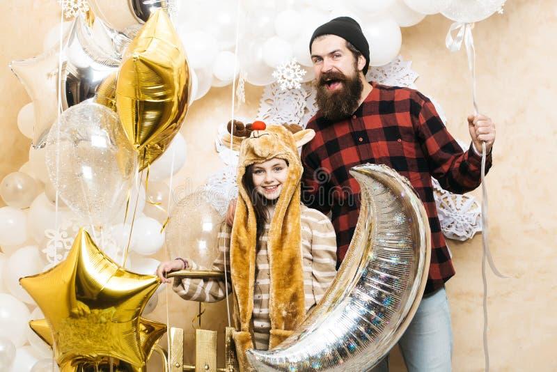 Vader en dochterglimlach met ballons, Kerstmis Mens hipster en kind bij Kerstmis De partij van de familievakantie Dit is dossier  royalty-vrije stock foto's