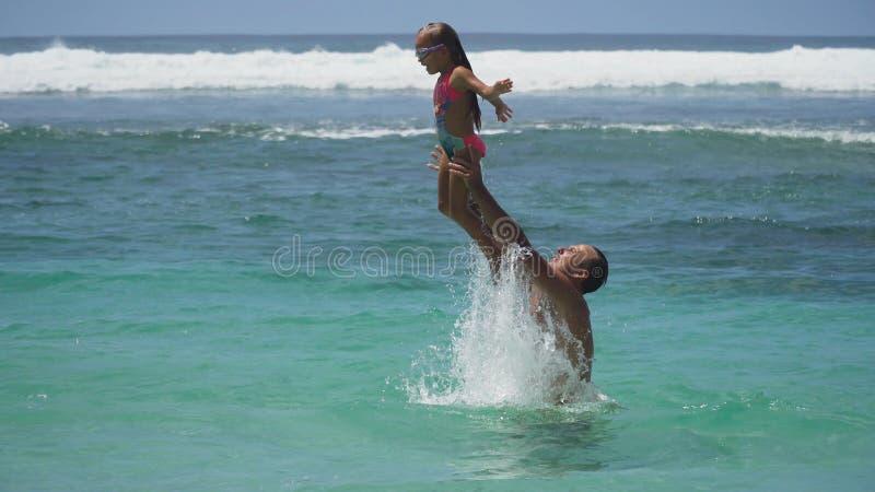 Vader en dochterspel op overzees royalty-vrije stock foto's