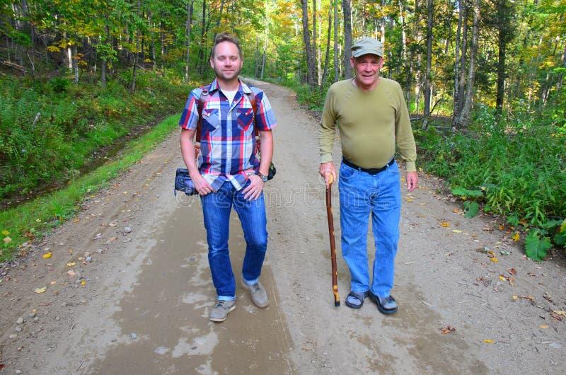 Vader en fotograafzoon wandeling royalty-vrije stock fotografie