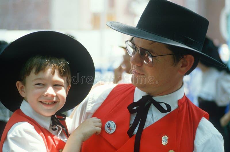 Vader en jonge zoon die aanpassingskostuums dragen royalty-vrije stock afbeeldingen