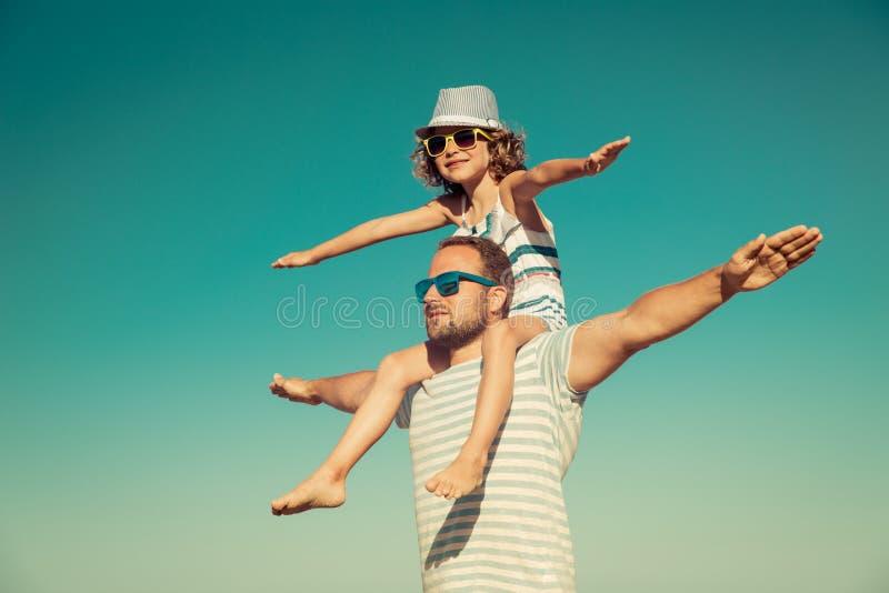 Vader en kind die pret op het strand hebben royalty-vrije stock afbeelding