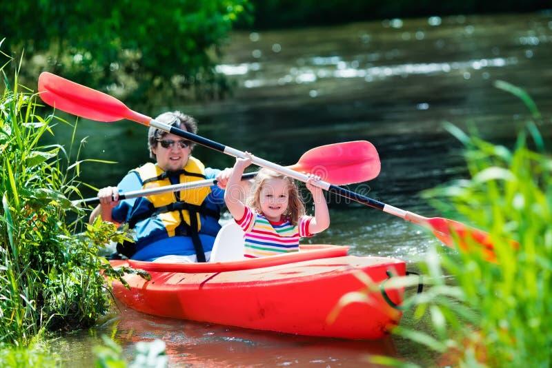 Vader en kind het kayaking in de zomer stock fotografie