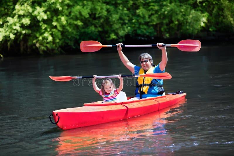Vader en kind het kayaking in de zomer stock afbeelding