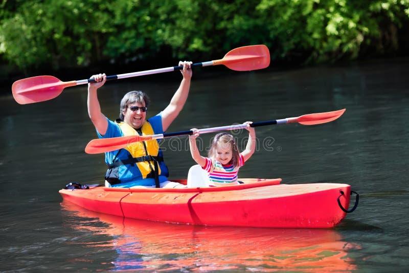 Vader en kind het kayaking in de zomer stock afbeeldingen