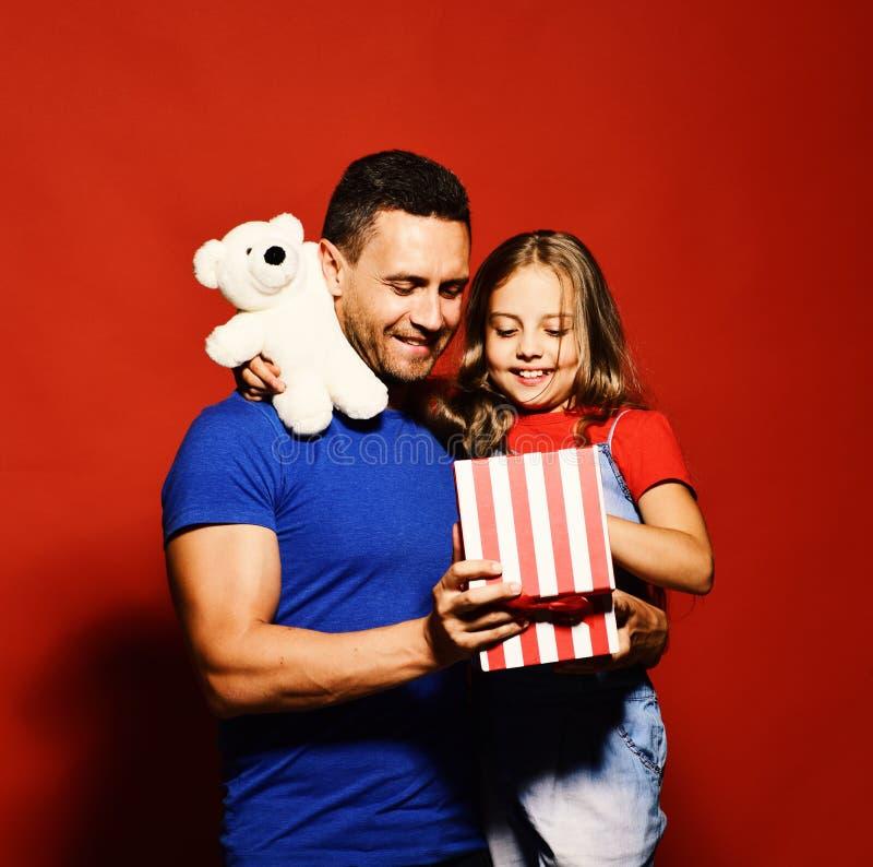 Vader en kind met vrolijke gezichten Verrassing voor vadersdag royalty-vrije stock afbeelding