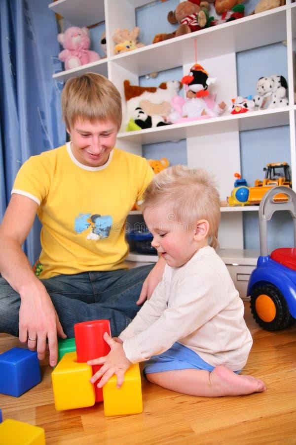 Vader en kind in speelkamer 3 stock foto