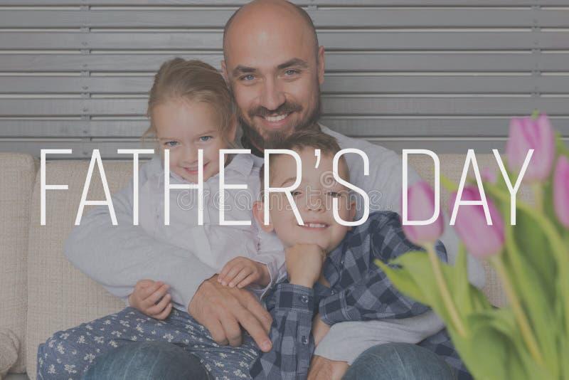 Vader en kinderenportret, de achtergrond van de vader` s dag stock fotografie