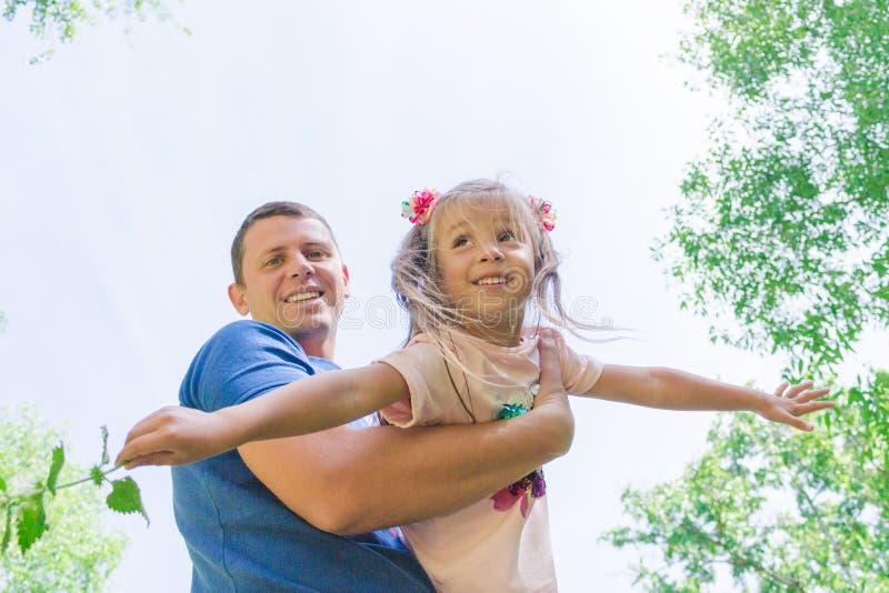 Vader en kindmeisje die samen spelen Het Concept van de vader` s Dag De papa houdt zijn dochter in zijn wapens royalty-vrije stock fotografie