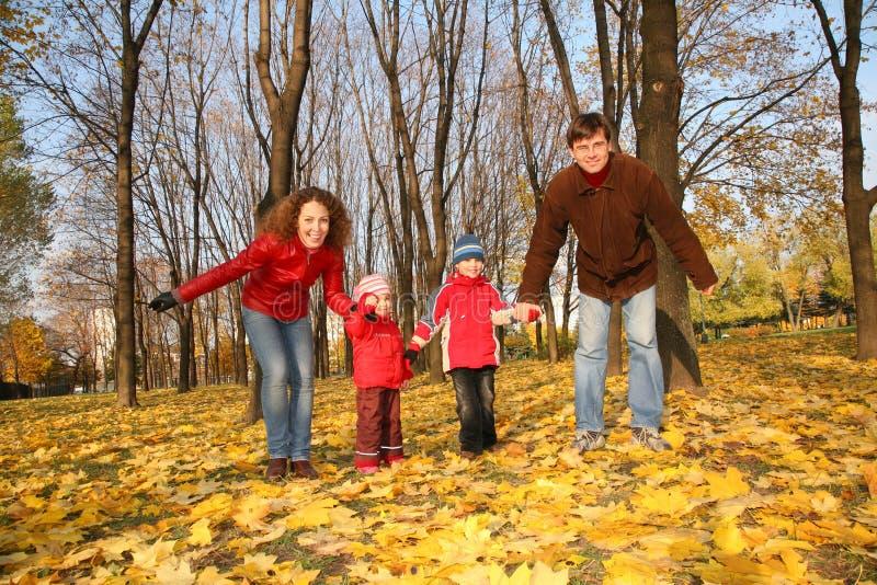 Vader en moeder met de kinderen stock afbeelding