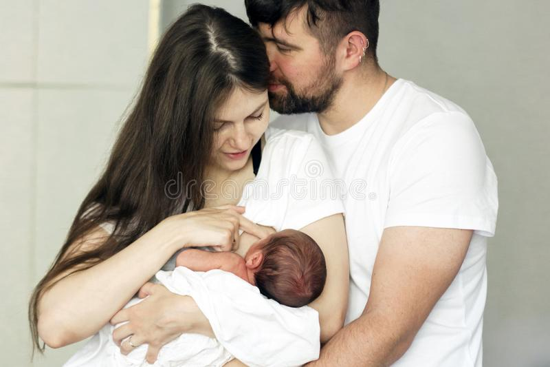 Vader en moeder met een pasgeboren zoon Nieuwe jonge familie van meerdere generaties stock foto's