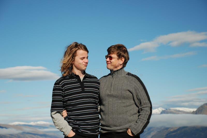 Vader en tienerzoon die toge spelen stock afbeelding