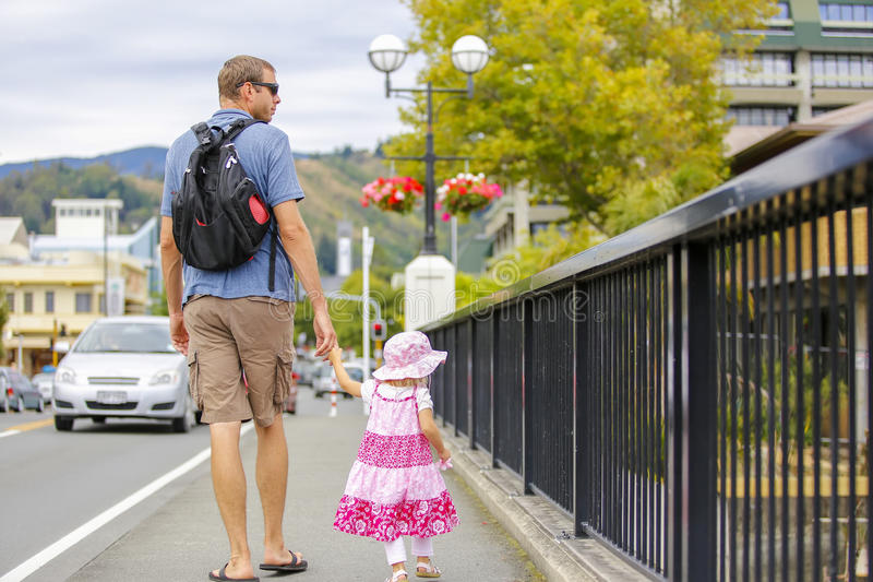 Vader en weinig dochter die in de stad van Nelson van Nieuw Zeeland lopen stock afbeeldingen