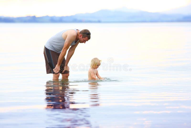 Vader en weinig dochter die pret in het water hebben royalty-vrije stock foto's