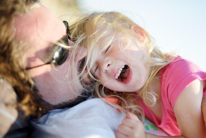 Vader en zijn kleine dochter die pret hebben samen royalty-vrije stock fotografie