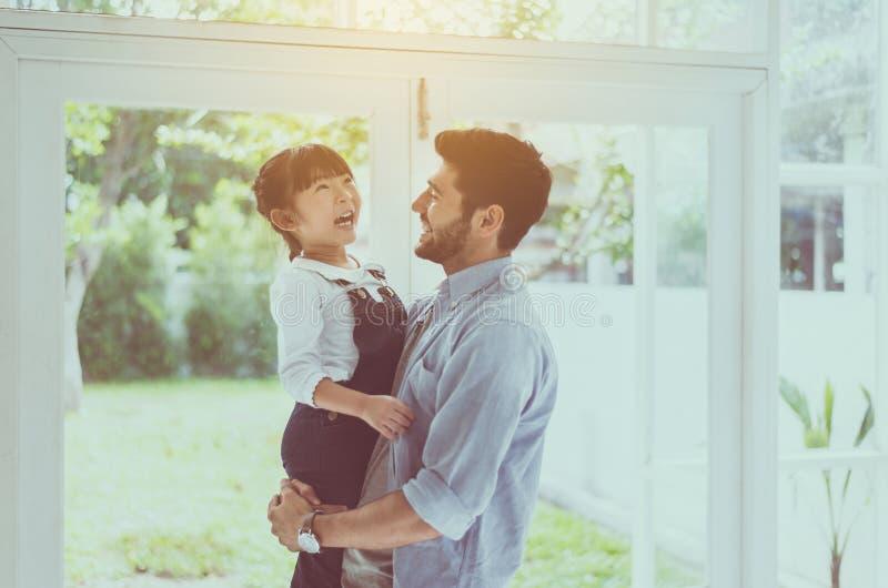 Vader en zijn meisje die van het dochterkind, Lachend en grappig samen thuis, Gelukkige houdende van familie spelen royalty-vrije stock fotografie