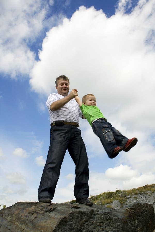 Vader en zijn vliegende zoon stock afbeeldingen
