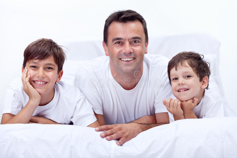 Vader en zijn zonen die jongenstijd hebben samen royalty-vrije stock afbeelding