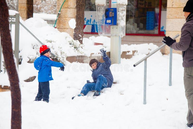 Vader en zonen die sneeuwballen in Jeruzalem spelen royalty-vrije stock fotografie