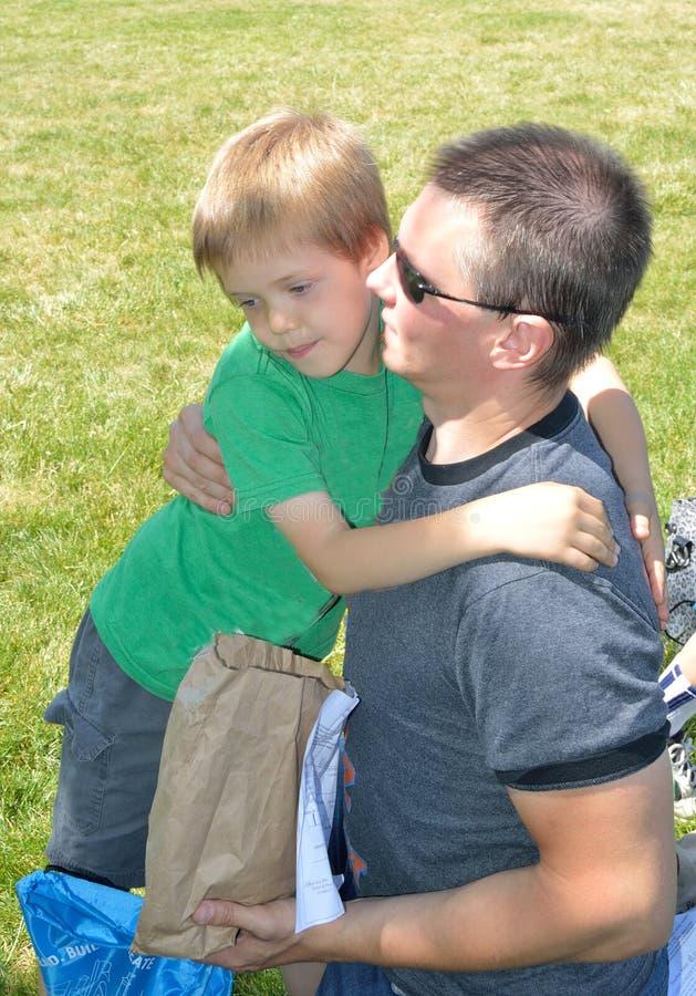 Vader en zoon bij schoolpicknick royalty-vrije stock afbeeldingen