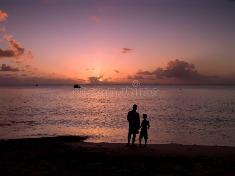 Vader en Zoon bij Zonsondergang stock afbeelding