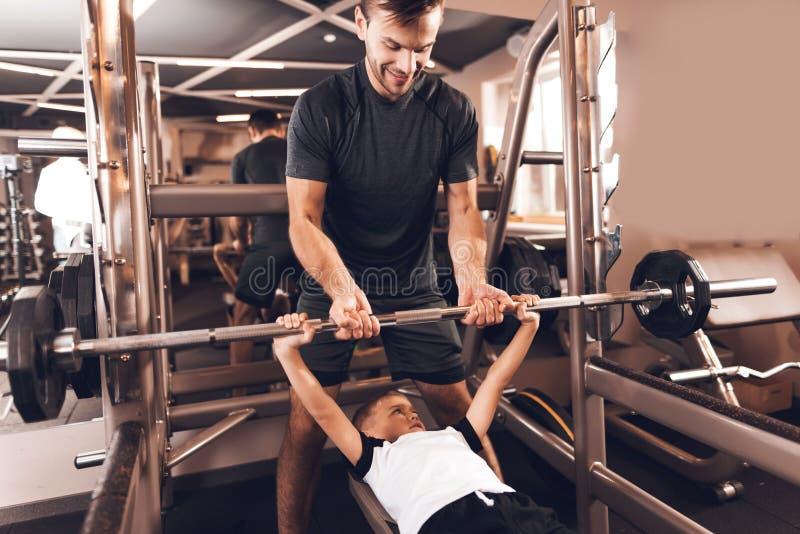 Vader en zoon in de gymnastiek De vader en de zoon brengen samen tijd door en leiden een gezonde levensstijl royalty-vrije stock foto