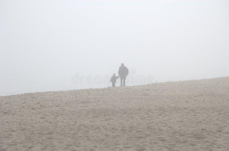 Vader en zoon in de mist