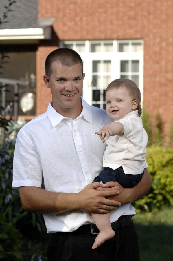 Vader en zoon in de tuin royalty-vrije stock fotografie