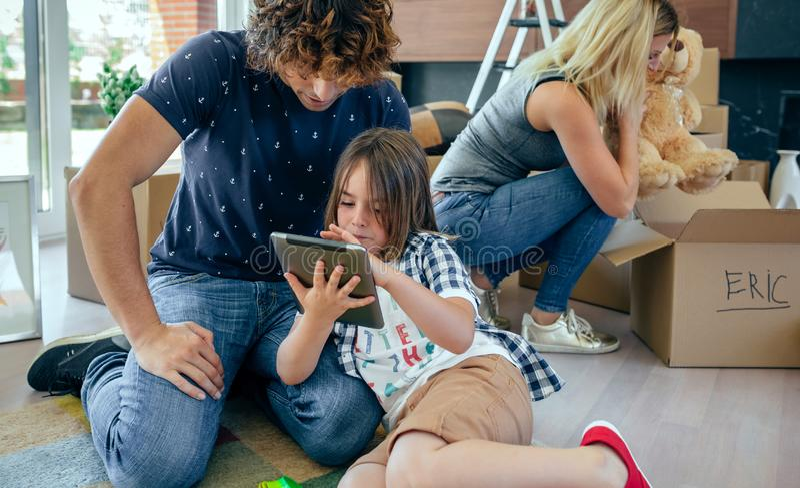 Vader en zoon die de tablet spelen royalty-vrije stock fotografie