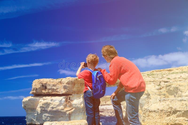Vader en zoon die foto van Azure Window maken royalty-vrije stock afbeelding