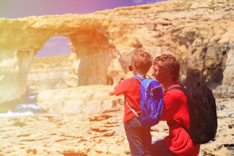 Vader en zoon die foto van Azure Window maken royalty-vrije stock afbeeldingen