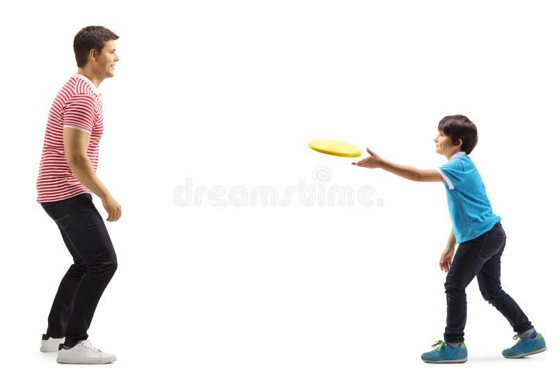 Vader en zoon die frisbee werpen stock afbeelding