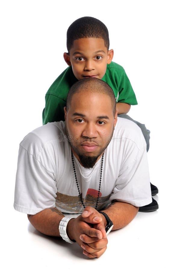 Vader en Zoon die op Vloer leggen royalty-vrije stock fotografie