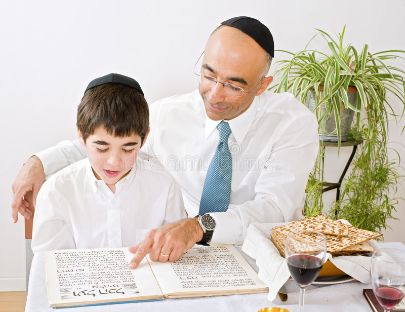 Vader en zoon die passover vieren royalty-vrije stock foto's