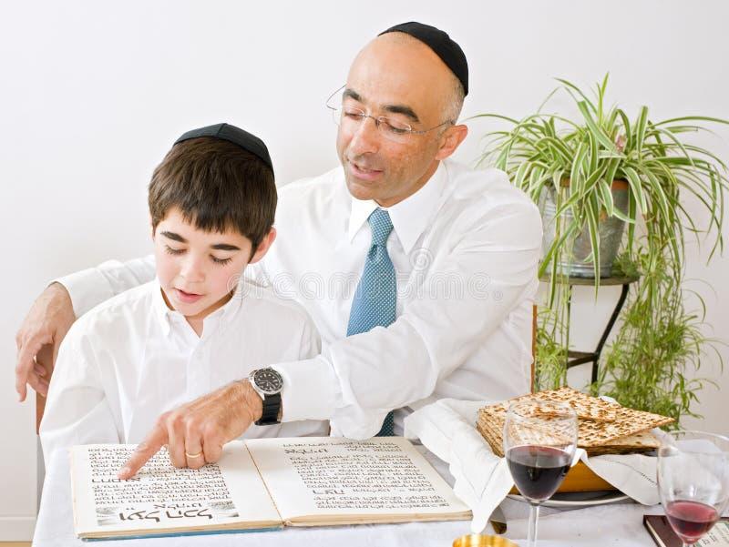 Vader en zoon die passover vieren stock foto's