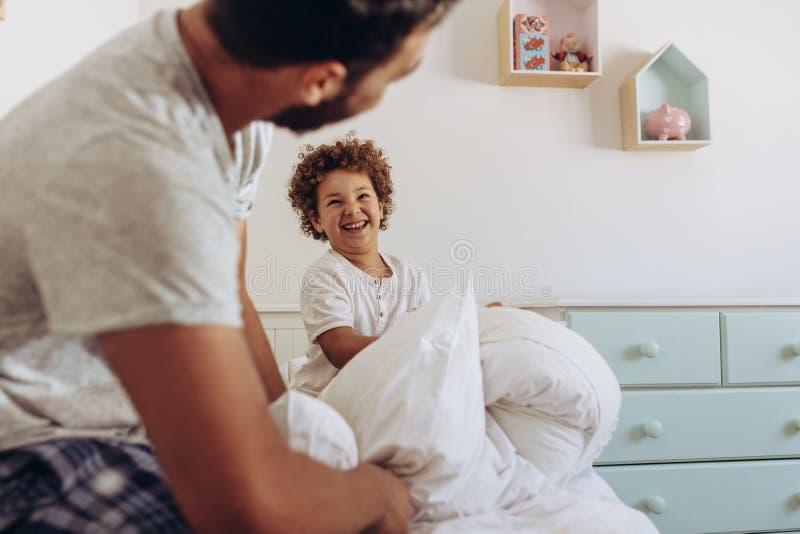 Vader en zoon die pret hebben thuis stock foto's